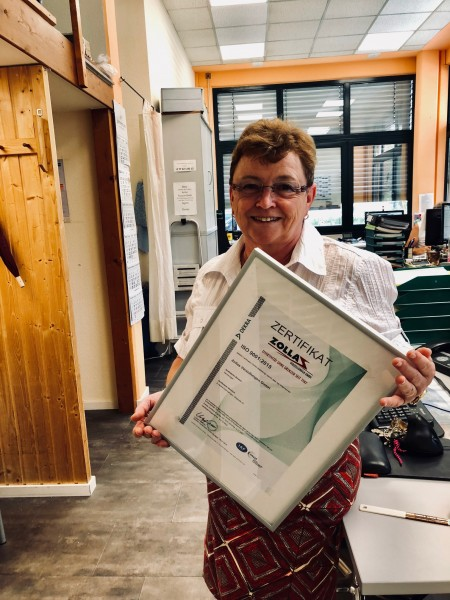 Stolz hält  Sylvia Porzig das neue Zertifikat in den Händen